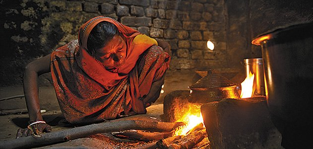 Since cooking often fall to women, they are the primary victims of smoke-related illnesses. (Image: Smithsonian Magazine / Ami Vitale / Ripple Effect Images)